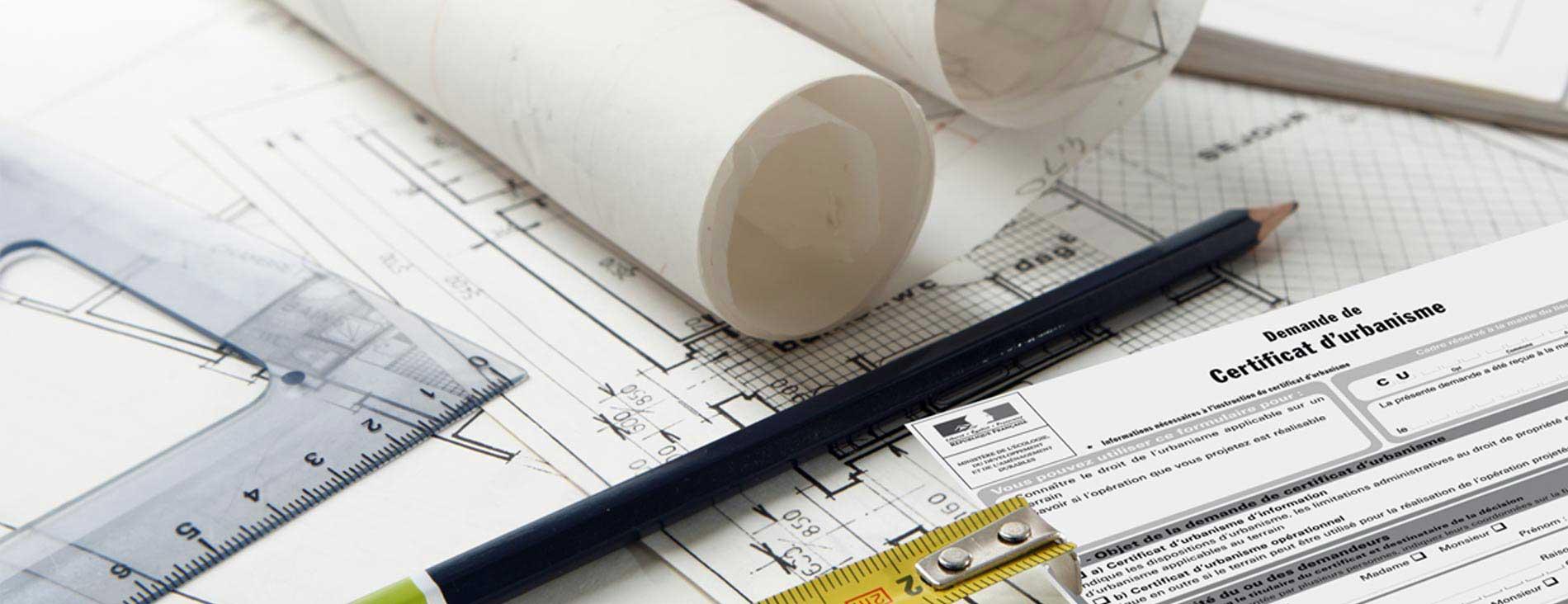 Certificat d'urbanisme posé sur une table de travail avec un crayon, une equerre et un mêtre à ruban